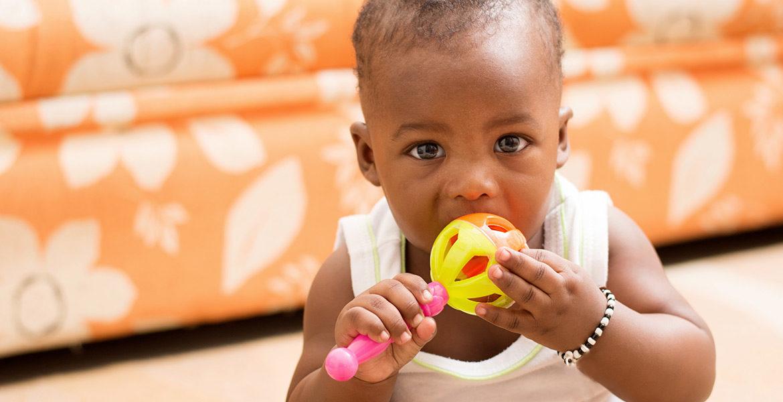 Pourquoi bébé met tout à la bouche