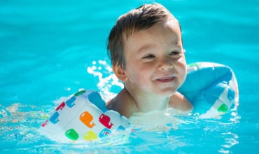 Bouée, brassard, gilet pour la baignade de bébé